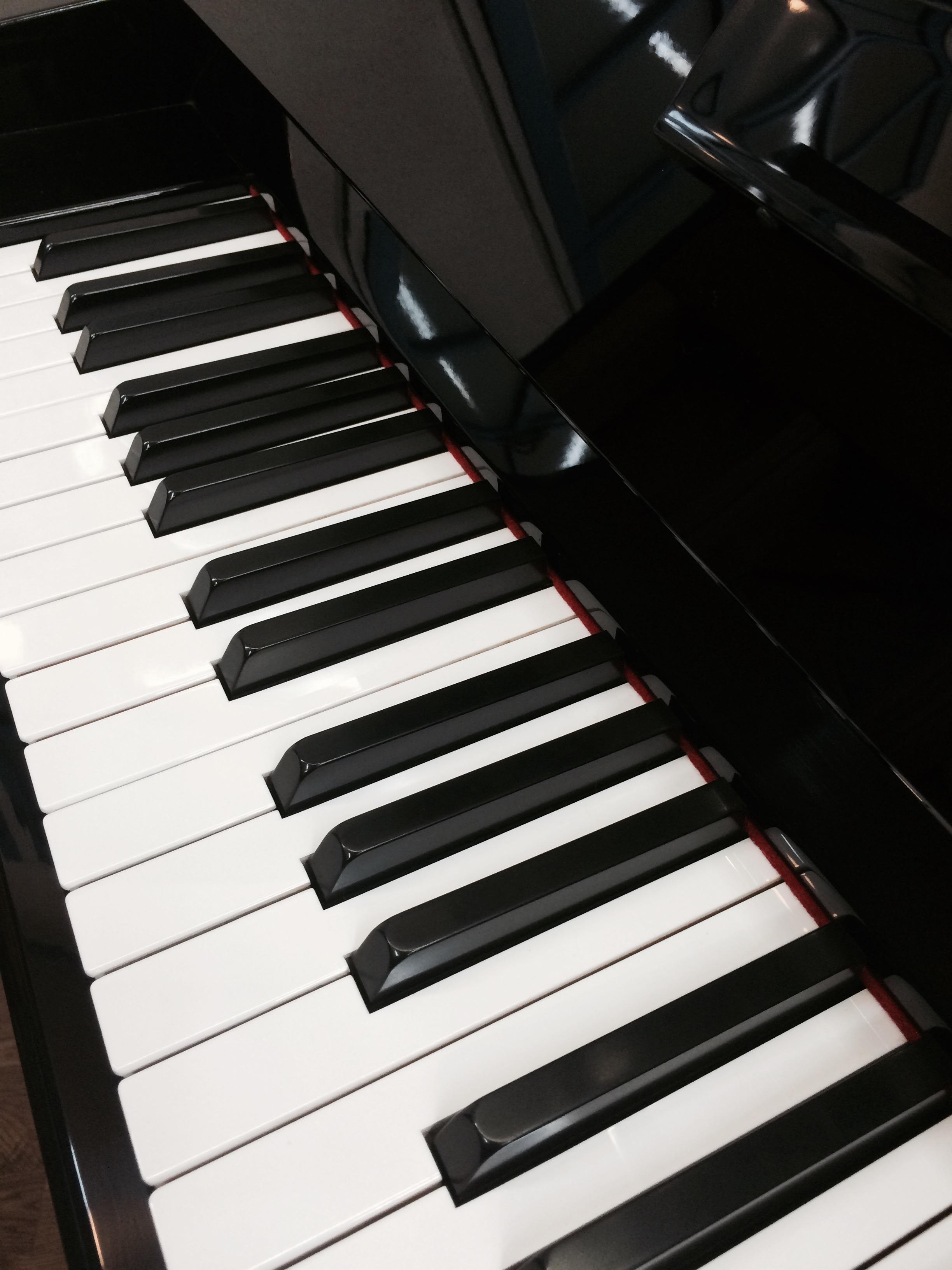 店内のピアノ